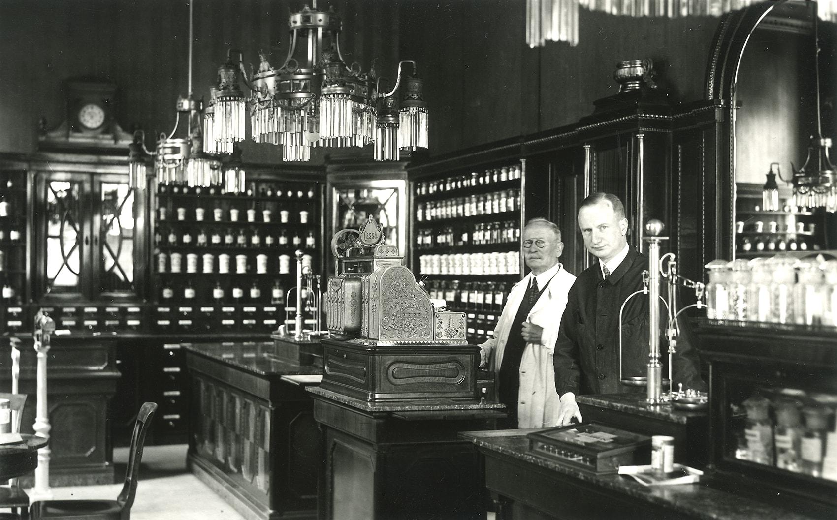 Mag.pharm. Franz Luft und sein Sohn Dr. Gottfried Luft, Dreißiger Jahre