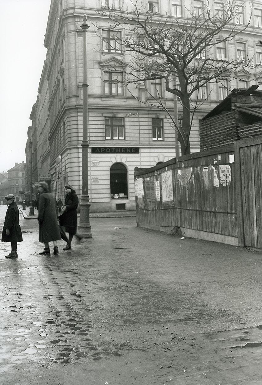Blick auf die Kreuzung Klosterneuburger Straße/Pappenheimgasse mit der Elisabeth-Apotheke in der Zwischenkriegszeit